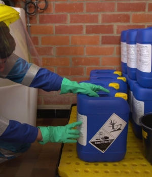 Mieux manipuler les produits chimiques : pari réussi pour ces techniciens