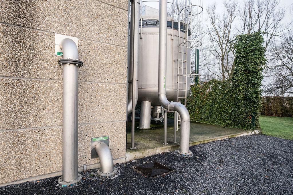 5.-Deux-unités-de-filtration-ont-été-installées.-Leau-est-traitée-avant-dêtre-stockée-dans-les-deux-châteaux-deau-et-un-réservoir-tampon-de-1.500-mètres-cubes