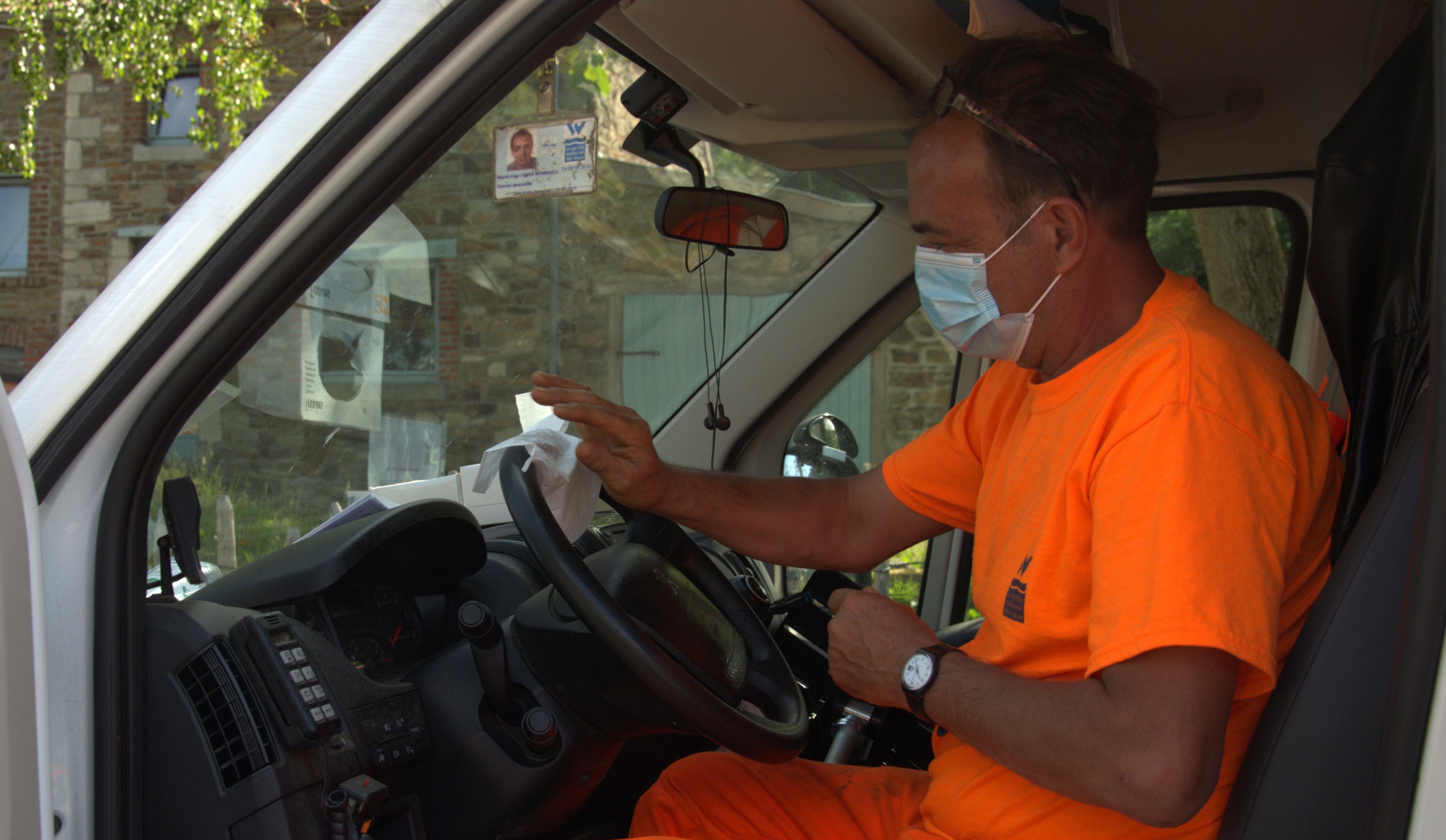 Miguel, fontainier au Centre d'exploitation de Stembert, profite du passage de Christelle pour lui présenter sa camionnette équipée au mode « covid ».